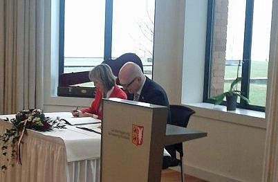 """Die Leiterin der Antidiskriminierungsstelles des Bundes, Christine Lüders, und Ministerpräsident Torsten Albig bei der Unterzeichnung des Beitritts zur """"Koalition gegen Diskriminierung"""" am 12. April 2013 in Kiel, Foto: LSVD SH"""